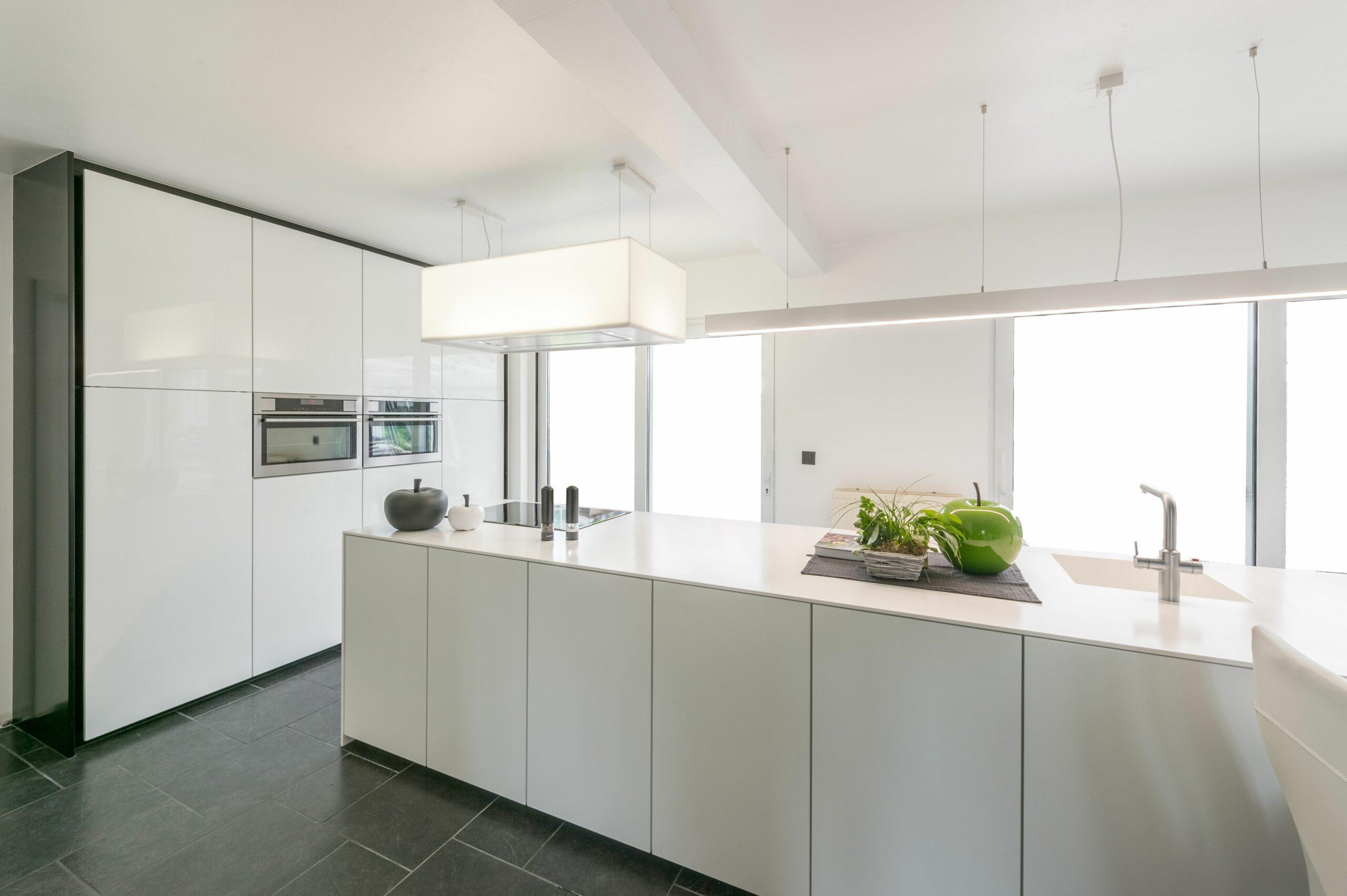 Moderne-keuken-met-eiland-scaled